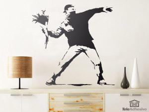 vinilos-decorativos-protesta-lanzando-flores-de-banksy