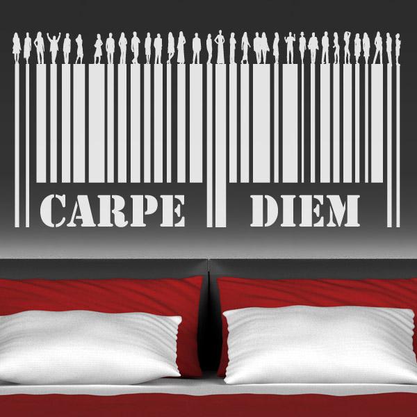 """Vinilo adhesivo con el término latino """"Carpe Diem"""". Sirve de ejemplo de los cabeceros de cama originales que pueden tener los dormitorios."""