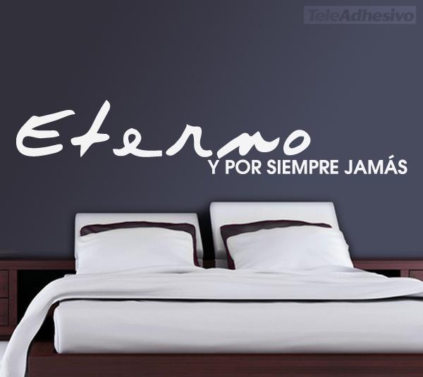 Vinilo adhesivo con una frase romántica que es un buen ejemplo de los cabeceros de cama originales que pueden tener los dormitorios.