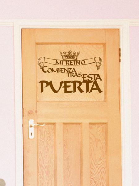 Vinilo adhesivo con mensaje para decorar tu casa y las puertas de las habitaciones.
