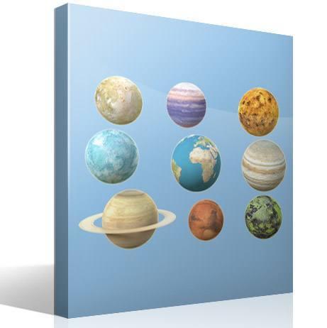 Vinilo adhesivo con la imagen de los planetas del sistema solar, una de las ideas sobre como decorar una guardería.