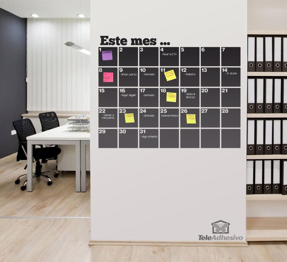 Los vinilos adhesivos de pizarra, como este para un mes, te ayudan a organizar el calendario escolar