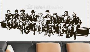 Los vinilos adhesivos son luna de las últimas tendencias en decoración de oficinas, como este con la imagen de actores famosos durante el almuerzo.