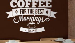 Los vinilos adhesivos son luna de las últimas tendencias en decoración de cocinas, como este sobre el café.