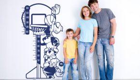 Un vinilo que sirva para medir a los pequeños es una buena idea de decoración infantil