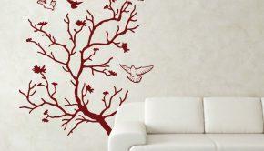 palomas en un árbol otoñal