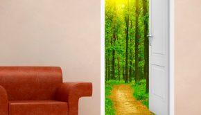 vinilo decorativo de una puerta que lleva a un frondoso bosque