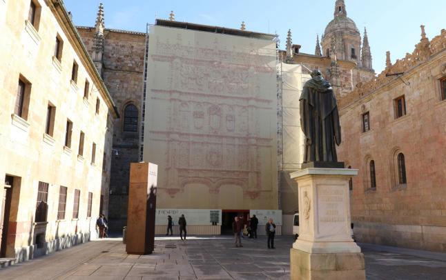 Fachada de la Universidad de Salamanca cubierta de andamio con trampantojo