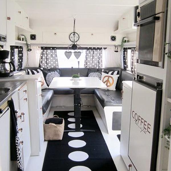 decoración interior caravana blanco y negro