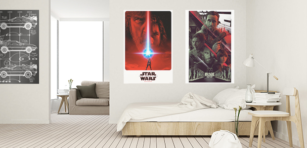 Habitación decorada con póster de películas.