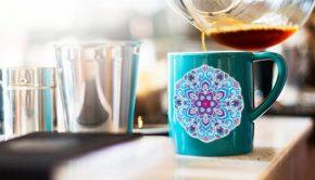 Mandala de vinilo en una taza