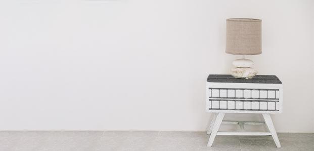 Mueble decorado con rollo de película de cine