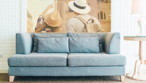 Salón con fotomural con una foto de una pareja.