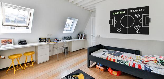 Habitación decorada con un vinilo tipo pizarra con la forma de un campo de fútbol - Teleadhesivo