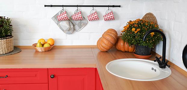 Cocina decorada con vinilos de colores estilo 90's