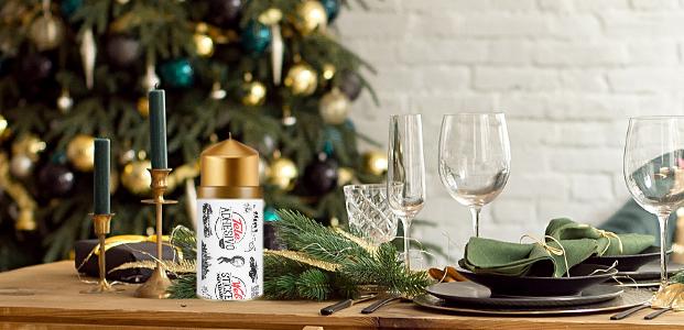 Mesa navideña con un portavelas del packaging de Teleadhesivo.