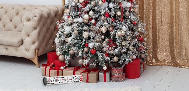 Arból de navidad con regalos y el packaging debajo.