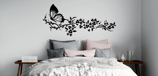 Vinilo decorativo de motivo floral con una mariposa en su lateral.