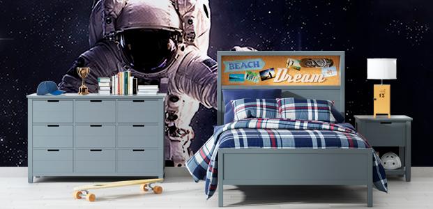 Pared decorada con un fotomural de un astronauta en el espacio