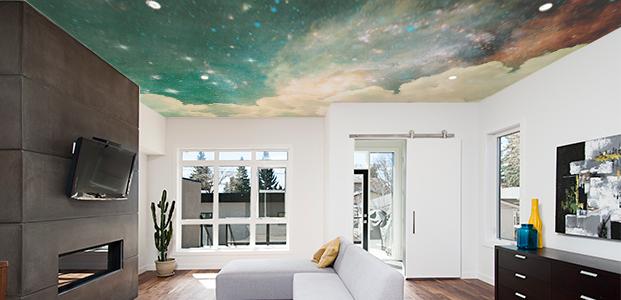 Techo decorado con una imagen de la galaxia en tonos verdes