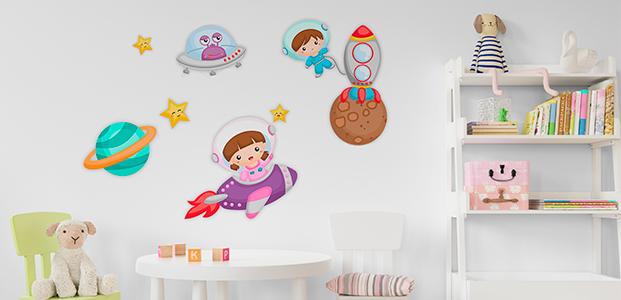 Habitación infantil decorada con un kit de vinilos de naves espaciales
